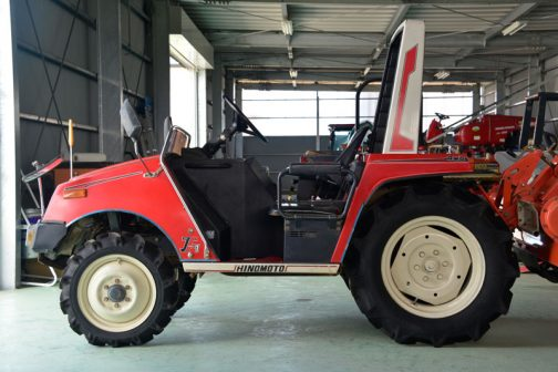 カタログには トラクターに新世代誕生。ニューイメージトラクター。 今、トラクターの新たなる進歩が始まる。農業技術の発展をリードしてきた「日の本」が最新の技術をここに総結集。 従来の常識を飛び越えたトラクター「JF1」が生まれました。コンパクトでしかもファッショナブルなボディ。農用ながら乗用車なみの先進装備。そして、楽しさ広がる「我国初」の2シーター(2人乗用)と充実した内容で多様化する農作業にお応えしていきます。 運転席プラス助手席で機動力倍増。 とあります。トラクターで「ラク」というのはよく目にしましたが、「楽しさ」と表現しているのは目にしたことがありません。そのことをとってもこのトラクターが斬新だということを表しています。