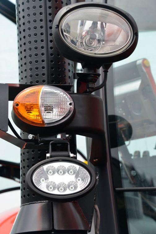 クボタM7-172 premium KVTです。 一番下の作業灯がLEDになっています。