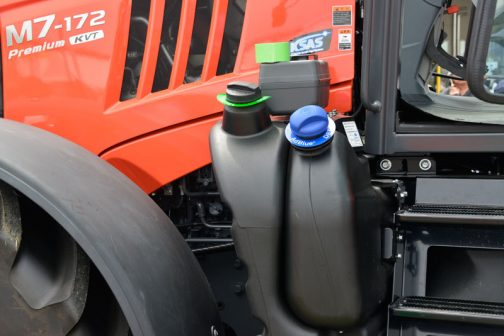 クボタM7-172 premium KVTです。 後で比較できるよう、以前気になった部分を思い出しながら撮っています。工具箱が上に載っている、オーソドックスなスタイルの燃料タンク。