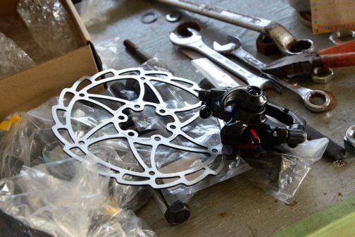 前回はバイク用のブレーキを使ったのですが、今回軽量化のため、使ってみようと思っている自転車のディスクブレーキ。