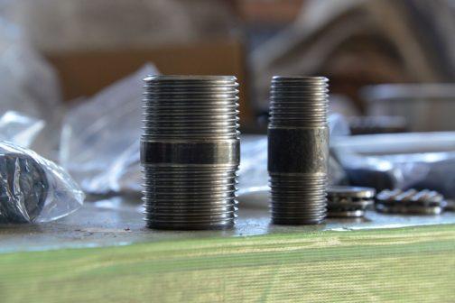 今回発見した材料はこれ。長ニップルというものです。材料の厚みがあって、内径が大体わかるものというとガス管という材料なのですが、必要なのはそんなにたくさんじゃありません。買うとすると定尺で5 .5mになってしまい、資金に余裕のない「お米たべてー!」TEAMにとって大変な出費です。「何とか安くできないか」と探していて見つけました。これだったら長さ50mmくらいから手に入ります。値段も¥93〜とリーズナブル。両側にネジが切ってあるのが余計ですが、贅沢は言っていられません。