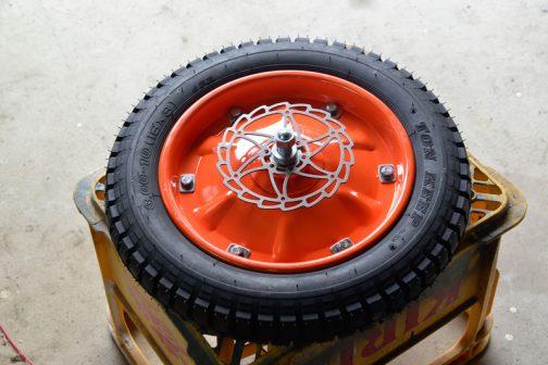 3輪の時はバイクの後輪をそっくり利用できましたが、今回はこのホイールにブレーキを付けなくちゃなりません。