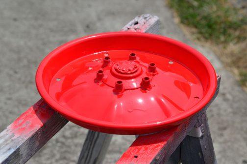 翌日色を塗ります。マテナイ君なので、すぐに色を塗り重ねてしまい、垂れてしまいました・・・(泣) なぜ赤か・・・それは安かったから。オレンジだったら倍くらいするんですが、赤なら229円でした。 マテナイ君と安物買い・・・2重苦ですね。