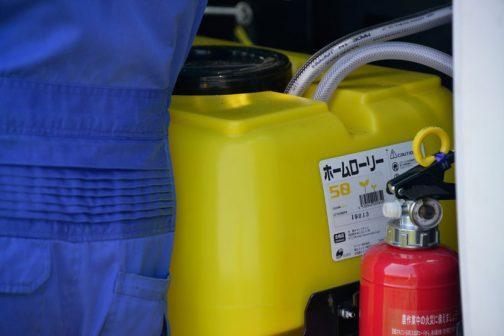 この黄色いタンクは乳酸菌のタンクかな?消火器もついているんですね・・・自脱型コンバインには消火器は載っていなかったような気がするんですけど・・・ タカキタのWEBページによれば 乳酸菌などの噴霧に対応した添加装置を標準装備。 タンク容量は従来の20Lから50Lに増量。 となっています。