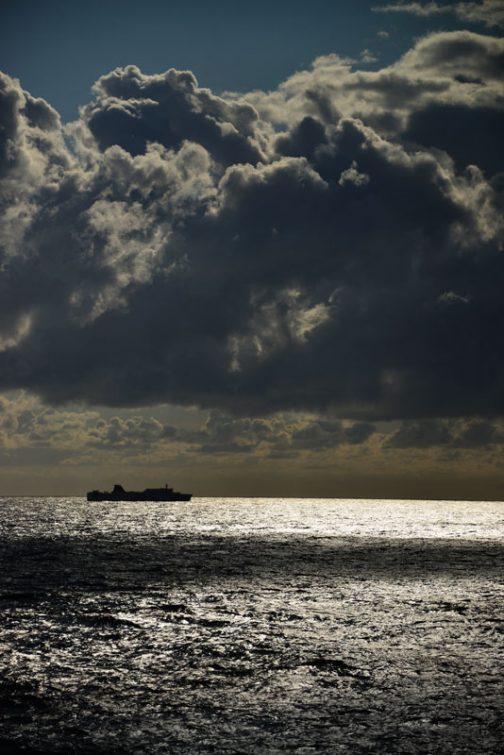 生存確認が終わったところで、船の写真を結構撮ったので載せておきます。戻りのさんふらわあとすれ違う朝。