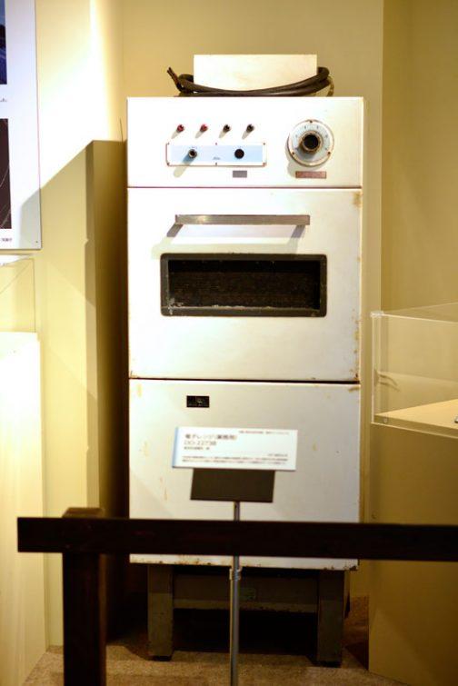 というわけで、1961年、東京芝浦電気製の電子レンジです。冷蔵庫ぐらいの大きさ。中央の取手部分が実際の調理スペースなのでしょう。今のサイズを考えると驚異的です。