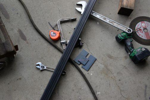 車軸自体は角パイプを切り出したもの。それにネコ車を取付ける金具が必要です。平鉄を切り出して・・・