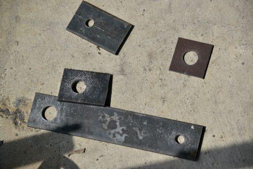 平鉄から部品を切り出し、穴をあけます。