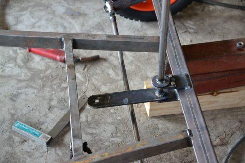 上から挟み込むんですが、そのままだとシャフトが抜けなくなってしまうので、挟み込んだ上のプレートは分割式です。