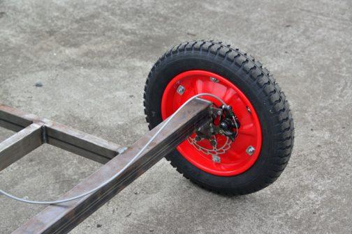 自転車のディスクブレーキは機械式。ワイヤーで引っぱっています。