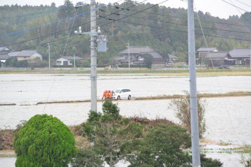 消防の人が水没した車に人がいないか確認して、水が少ないところまで押しています。ご苦労様です。