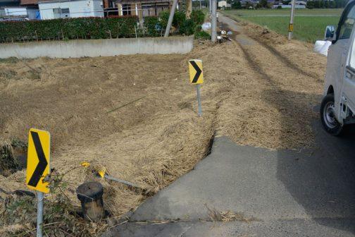 アスファルトの上を水が流れると、境目で土が流失してしまうようです。