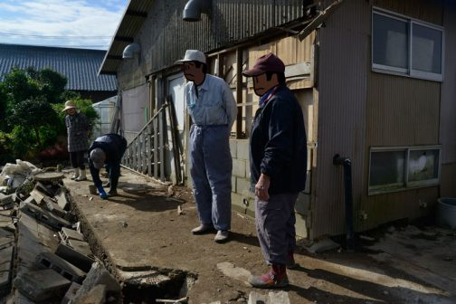 流れの強かったSさんのお宅。居宅は無事だったようですが、それより低いハウスや倉庫に水が流れ込んだそうで片付けに追われていました。