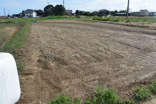 この畑はキレイに耕うんされていたのですが、砂利が流れ込んでいます。