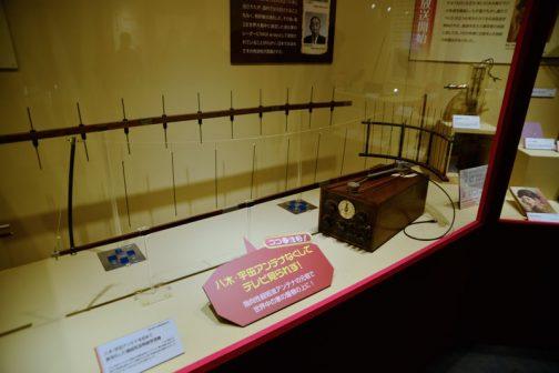 上の展示は八木・宇田アンテナを初めて実用化した極超短波無線受信機でした。 八木・宇田アンテナは、短波及び超短波用のアンテナで、東北帝国大学の八木秀次や宇田新太郎らによって発明された。特に宇田新太郎の貢献が大きかったと言われている。1926(大正15)年に特許となった。 八木・宇田アンテナなくしてテレビ見られず! 指向性超短波アンテナの元祖で世界中の家の屋根の上に! 今や衛星のパラボラのほうが多いかもしれませんが、世界中の家の屋根の上・・・確かにそうです。