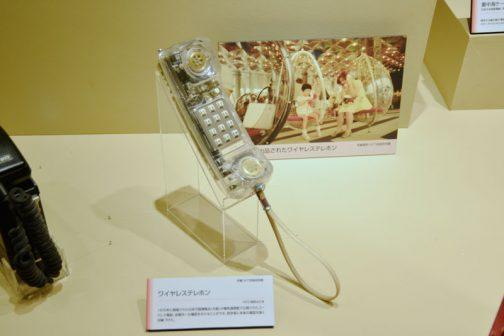 ワイヤレステレホン 1970年に開催された日本万国博覧会(大阪)の電気通信館で公開されたコードレス電話。会場外にも電話をかけることができ、見学者に未来の電話を強く印象づけた。