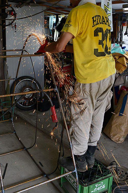 曲げた帯鉄を溶接して全体の形を作ります。余ったところは切り落とします。乱雑、混沌、散らかり放題の作業スペースでこんなことをやっているのですから、そのうち火事になりますね・・・