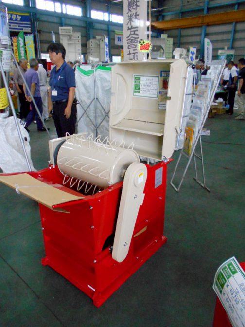 こちらの脱穀機の商品名はまめっ子。豆類の行なう機械のようです。型番はS-ⅢR メーカー希望小売価格 ¥199,800(消費税8%)¥203,500(消費税10%)