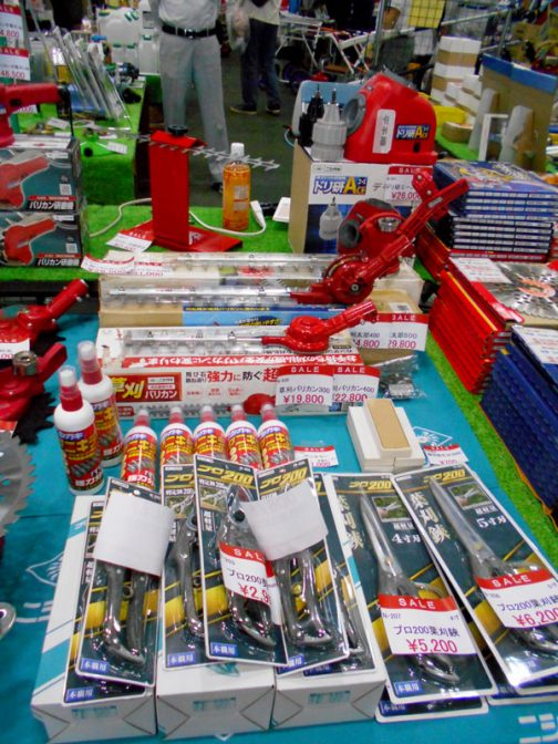 手前、選定鋏¥2,900や葉刈鋏¥5,200〜¥6,200 奥の薬品らしきものはヤニキラー¥1,000 バリカン、ハサミに・・・と書いてあります。名前からしてヤニを取るクリーナーでしょうか。ヤニが付くと切れなくなってしまうのかな???