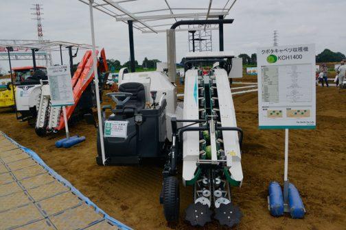こちらはキャベツの収穫機。クボタキャベツ収穫機 KCH 1400 3気筒1568ccディーゼル39.8馬力で価格は消費税8%の時ですが、なんと税込¥11,448,000!!