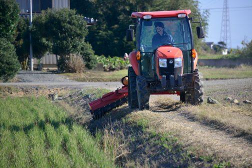 スライドモアで刈れるところは3日かけて刈り、機械が届かないところを人手を出して刈ります。