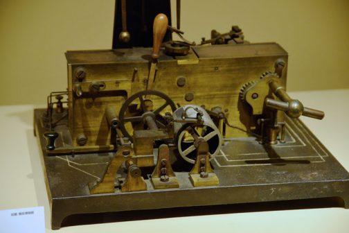 機械部分を大きく撮ったら何かわかるかと思たのですが、さっぱりわかりません。そもそもこれがファックスだなんて想像もつきません。