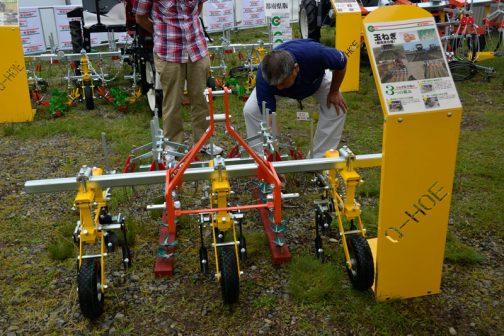 キューホー たまねぎ用除草機(都府県仕様) 都府県に対応した中耕機・・・と書いてあります。都府県ですから、道はまた違う仕様なのでしょうね。 さまざまな機械に取付け可能なのだそうです。ある程度、使う人のアイディア次第という部分があるみたいです。