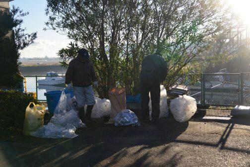 集合場所である集落センターに行ってみるとすでに先客が・・・この日は粗大ゴミの日でした。しまったっ!朝日を向こうにゴミ袋が光ります。