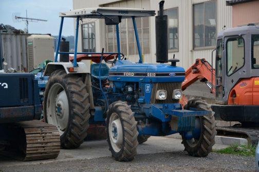 FORD6610です。tractordata.comによればFORD6610は1982〜1993年、78馬力4.4L4気筒ディーゼルとなっています。 6610はずいぶんここでも紹介しているのですが、ちょっと引っ掛った部分があります。それはラリーマシンのようなハンドレバー。これは何でしょうか?クルマだったらサイドブレーキなのでしょうけど・・・