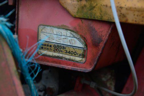 同じ機体なのかもしれないけれど取りあげたのはこの写真を撮ったからなんです。燃料タンクでしょうか?プレスの合わせ目を多分ガス溶接して作っています。アマチュアが作る燃料タンクのような作り方になっています。 おもしろいと思ったのはそんなことじゃなくて、貼ってあるステッカーです。