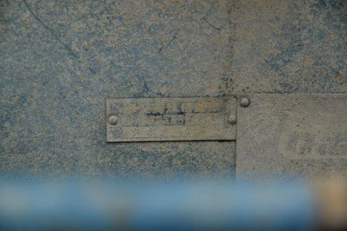 で、その隣には運輸省型式認定番号!!しかし泥だらけ・・・