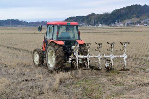 この田んぼに使う機械としてはちょっと大きいみたいです。Tさん、スガノの人に「田んぼが短い」って言われたそうです。