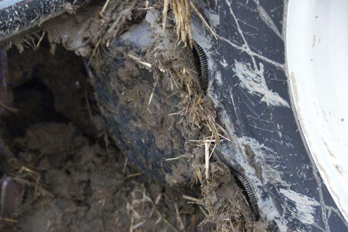 また、土が付いているところもこのようにすぐに落ちそうです。走り出したらすぐに落ちてしまいますね・・・このタイヤ、効果は多少ありそうです。田んぼの出口で泥がほとんど落ちて、そこだけ掃除すればよい・・・という感じでしょうか。田んぼの中でジャッキアップして空転させれば泥はほとんど落ちてしまいそう