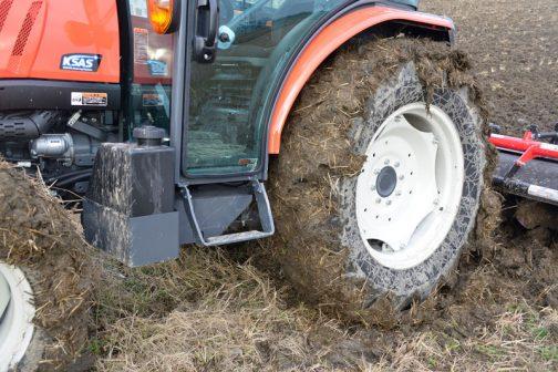 田越し終って帰ってきました。田んぼが湿っているのでこの状態です。こちらは展開の軸になる側なのでこんなに土が付いていますが・・・