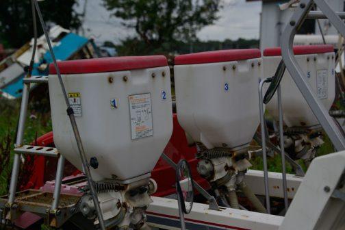 これは施肥機なのでしょうね。これを見ると一つが2条分担当するようです。
