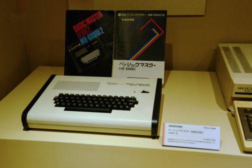ベーシックマスターMB6880 1978?(読めません) 日本発の8ビットパソコンといわれている。CPUは68系の・・・(読めず)マシン語の他にBASICでプログラミングもできた。