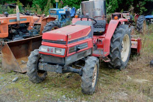 ヤンマーFX285です。tractordata.com/によればヤンマーFX285は、1987-1992年で、3気筒ディーゼル28馬力だそうです。