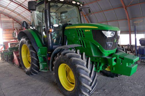 tractordata.comによると、JD6125Rは2012年〜2016年。2012年をはさんだ前期型と後期型があるようです。排ガスの対策なのでしょうか? どちらも4.5L 6気筒ディーゼル125馬力/2100rpm でした。