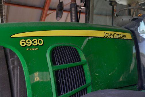 tractordata.comによると、JD6930プレミアムは2006年〜2011年。2008年をはさんだ前期型と後期型があるようで、2006年〜2008年の前期型は6068HL480 6.8L 6気筒ディーゼル155馬力/2100rpm 2009年〜2011年の後期型はPowerTech Plus 4V-CR 6気筒6.8Lターボディーゼル 155馬力/2100rpm となっています。僕の見たこれは前期型なのか後期型なのか、見分けかたを知らないのでわかりません。