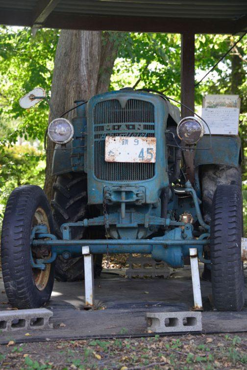 この機体のヘッドランプの銘は確認できませんでしたが、土の館のほうのマン・トラクターは東芝製でした。ヘッドランプはわかりませんが、ホーンは日本の保安基準に合わせて輸入元が日本で取付けたものと想像します。