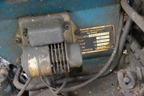 銘板が見えます。 1955(昭和30)年製 排気量 2094CC 出力 40PS 重量 2040kg