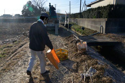 稲わら以外のゴミは別の袋に入れて、改めて集積所へ。
