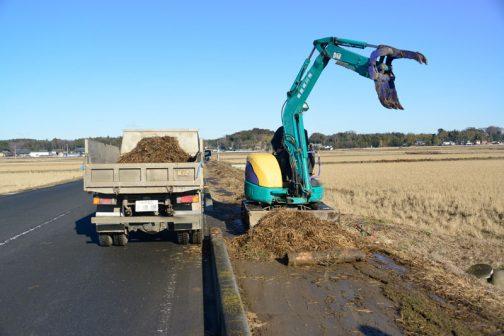 機械でガーッと集め、トラックは車道側に停めて作業する方式に変更。