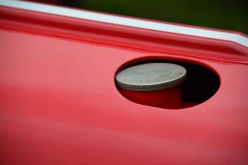 ヰセキTBの燃料タンクキャップは今回初めて見ました。薄くて上品な形。フードを開けなくても給油できたのですね。