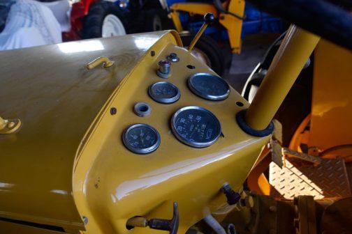 スピードメーターが付いているのがおもしろいです。その右隣は回転計でしょうか。