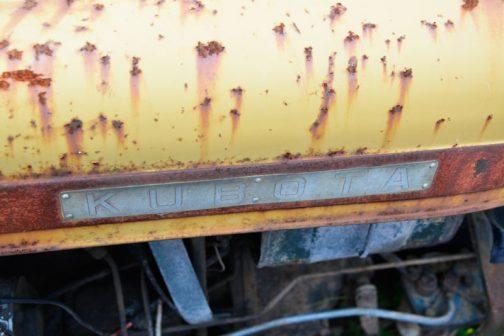 そしてこれがそのエンジンフードと思われるもの。 社史である『久保田鉄工80年の歩み』によれば、農用トラクター(水田用)として昭和40年(1965年)に生まれたとされています。
