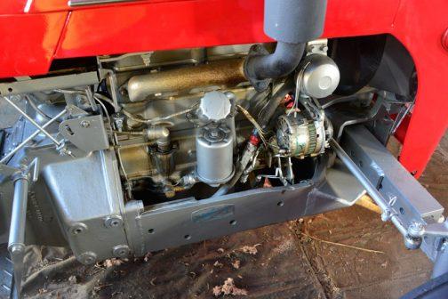 三菱トラクターR301です。 実際にデモンストレーションで走っているそうなので実働です。電装なども交換されていそうです。R210はダイナモでした。