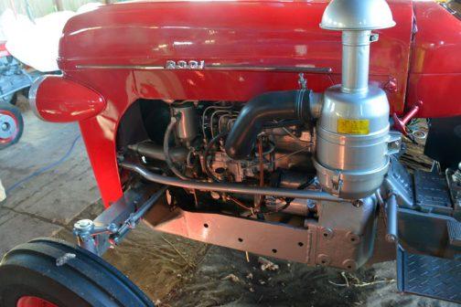 なんと水冷4気筒ディーゼルエンジンです。R210が空冷2気筒エンジンだったことを考えると、そうとう豪華な立ち位置にあったトラクターだと思われます。