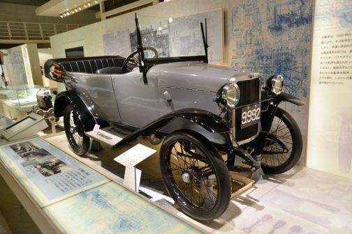 キャプションを読めるところだけ読んでみます。 国産量産車のさきがけとなった オートモ号 オートモ号は1924(大正13)年より市販され4年間で約300台が生産された。展示車は、残されたエンジンや数々の部品、図面などをもとに1999(平成11)年、当館とトヨタ博物館の共同プロジェクトにより復元されたものである。 とあります。また、読める範囲でコラムを読んでみると・・・ 豊川順彌と白楊社 オートモ号を製造した白楊社は、1912(明治45)年、豊川順彌によって創業された。豊川は東京工業学校(現東京工業大学)に学んだ後に、白楊社を興し、欧米に負けない技術開発を志した。さまざまな研究と機械類の製作を行ない、1917(大正6)年に自動車製造に取り組んだ。エンジンから車体まで設計・製造を自分たちで行ない、日本初の量産された国産乗用車となった。