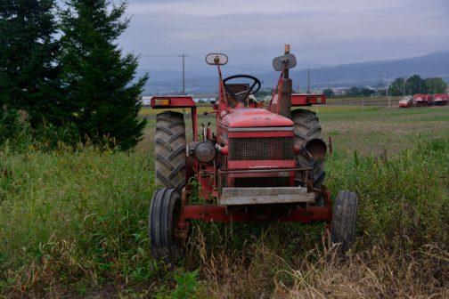 井関農機の社史である井関農機60年史によると、畑はともかく水田に弱みがあったそうです。そこで1973(昭和48)年から水田専用の機能部分(ステアリングブレーキ・クラッチ)をイセキで組み付けることになったとあります。